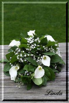 Grafstuk maken of bloemstuk voor op het graf knutselen met bloemen - handleiding om grafstuk zelf te maken Funeral Flower Arrangements, Funeral Flowers, Floral Arrangements, Grave Decorations, Table Decorations, Zantedeschia, Cascade Bouquet, Diy And Crafts, Wreaths