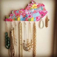 halsssssss:  State shaped, Lilly Pulitzer jewelry holder! How adorb.