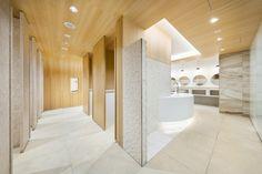 sinatoは、建築とインテリアの設計を中心に、新宿駅のような巨大施設から小さな住宅のリノベーションまで、都市的・社会的な視野から人間的尺度のデザインを追求する設計事務所です。 Bathroom Vanity Base, Office Bathroom, Best Bathroom Vanities, Washroom Design, Toilet Design, Restroom Colors, Wc Public, Commercial Toilet, Contemporary Bathroom Lighting