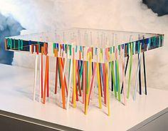 Table with 56 rods very fine acrylic colors, randomly embedded in a piece of clear acrylic. - Mesa con 56 varillas muy finas de acrílico de colores, incrustadas al azar en un pedazo de acrílico transparente.