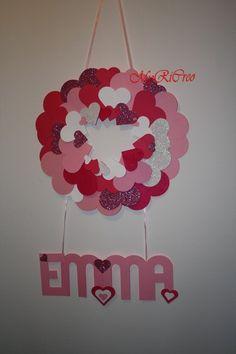 ghirlanda da muro per la cameretta di una principessina con cuori di carta e gomma crepla glitterata e banner nome
