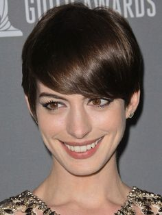 How to Grow Out a Pixie Cut Faster - The brave pixie cut was a courageous change of style for you, but now you want to grow your hair again, in the fastest way possible? Take a look at these tips! Pictures Of Pixie Haircuts, Pixie Bob Hairstyles, Haircut Pictures, Popular Short Hairstyles, Pixie Cut Round Face, Growing Out Hair, Grown Out Pixie, Ella Enchanted, Hair Addiction