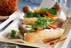 Hot Dog mit Bratwurst,eingelegten Karotten und Limetten Chilli Mayonnaise