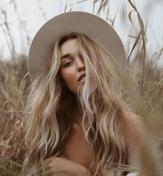 PHOTOGRAPHY natural beauty, natural wavy hair, how to get beach waves Another way to find wedding fa Creative Photography, Fashion Photography, Country Girl Photography, Outdoor Portrait Photography, Outdoor Portraits, Girl Photography Poses, Simple Wedding Makeup, Natural Wavy Hair, Natural Beauty