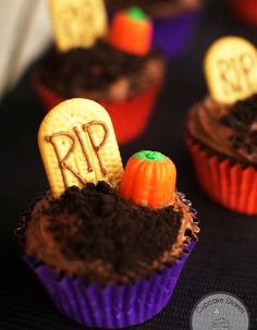Graveyard Chocolate Cupcake – Best Cheap Easy Halloween Party Food For Kid - HoliCoffee (3)