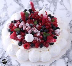 Zucchini cake with pine nuts - Clean Eating Snacks Pavlova Cake, Meringue Pavlova, Meringue Desserts, Cherry Desserts, Meringue Food, Summer Dessert Recipes, Fruit Recipes, Gourmet Recipes, Gourmet Foods