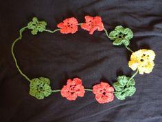 naszyjnik z wydzierganych kwiatów