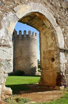 Castelo de Serpa, Portugal Places In Portugal, Visit Portugal, Portugal Travel, Beautiful Castles, Beautiful Places, Monsaraz, Sea Activities, Portuguese Culture, Medieval Castle