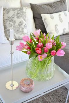 Tulips in the Living Room Cut Flowers, Floral Flowers, Spring Flowers, Home Craft Decor, Home Crafts, Flower Decorations, Table Decorations, Spring Sign, Dream Apartment