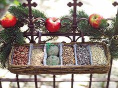 Der Futterkasten dient Vögeln als Futterstelle und lässt sich wie ein Balkonkasten einfach an Geländer hängen. Er enthält zahlreiche Futtersorten für Vögel.