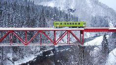 雪景色の中を走る秋田内陸縦貫鉄道(写真:misago26 / PIXTA)