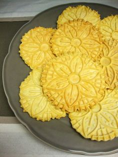 the recipes in the kitchen to fry: Abruzzo ferratelle (recipe easy even for novice like me! Italian Cookies, Italian Desserts, Mini Desserts, Italian Recipes, Bakery Recipes, Cookie Recipes, Sweet Cookies, Oatmeal Chocolate Chip Cookies, Afternoon Tea