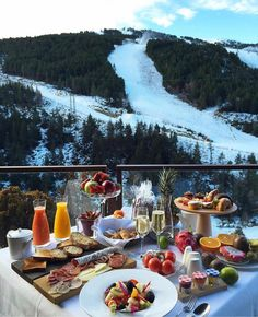 Perfect brunch with a view Beautiful Hotels, Beautiful Places, Wonderful Places, Comida Picnic, Hotel In Den Bergen, Breakfast In Bed, Perfect Breakfast, Morning Breakfast, Hotels And Resorts