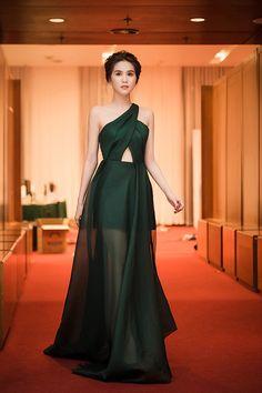 Ngọc Trinh diện váy lệch vai yêu kiều,