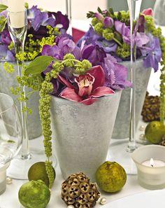 Verwenden Sie Blumen der Saison. Ergänzen Sie die Blumen durch viel Grün. Achten Sie darauf, dass der Brautstrauß nicht zu aufwändig in der Herstellung ist. Tischdeko: Gestalten Sie Ihre Tischdekoration mit Einzelblumen.