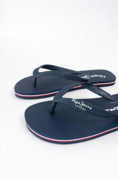 Ανδρικές παντόφλες της εταιρείας Pepe Jeans. Διαθέτουν αντιολισθητική σόλα για να προσφέρουν άνετο και σταθερό περπάτημα. Flip Flops, Sandals, Shoes, Women, Fashion, Moda, Shoes Sandals, Zapatos, Shoes Outlet