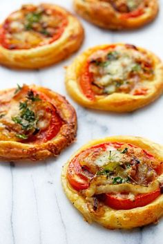 Deliciously simple tomato tarts made with puff pastry, decadent caramelized onio. - Deliciously simple tomato tarts made with puff pastry, decadent caramelized onions and cheese are t - Finger Food Appetizers, Appetizers For Party, Appetizer Recipes, Puff Pastry Appetizers, Tomato Appetizers, Finger Food Recipes, Healthy Appetizers, Easy Finger Food, Easy Christmas Appetizers
