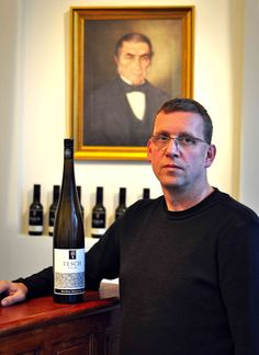 Winzer Dr. Martin Tesch mit dem Riesling Weißes Rauschen #Tesch #Wein #Riesling #Nahe #Hosen #Rauschen