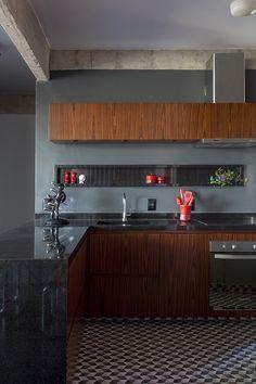 Decoração de: Cozinha integrada; parede cinza escuro; Casa de Valentina