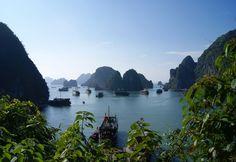 Tableau Ha Long Bay VietNam.  Située dans le Nord-Est du Vietnam et deux fois reconnue par l'UNESCO comme patrimoine mondial, HaLong Bay est composée d'environ 1 600 îles et îlots qui créent un paysage marin spectaculaire de piliers de calcaire.