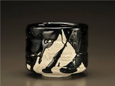 Peter Callas Black Tea Bowl presented by Lacoste Gallery Matcha Bowl, Bowl Designs, Artwork Display, Chawan, Contemporary Ceramics, Tea Bowls, Ceramic Artists, Mug Cup, Pottery