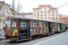 Bibliotram in Tsjechië, ontworpen om het bibliotheekgebruik onder tramreizigers te promoten. De kleurrijke tram is uitgerust met speciale bibliotheekdisplays en QR-codes voor het downloaden van gratis e-books. http://travelbetweenthepages.com/2014/05/17/library-in-the-tram/