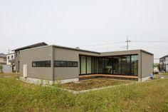 「好き」を詰め込んだ開放感あふれる平屋 あきのこないグレーの外壁と木色|重量木骨の家 選ばれた工務店と建てる木造注文住宅