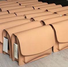 instagram @junga.b bag_instagram @baegane_ Leather Hats, Leather Pouch, Leather Handbags, Leather Office Bags, Leather Bag Pattern, Leather Bags Handmade, Leather Projects, Vintage Bags, My Bags