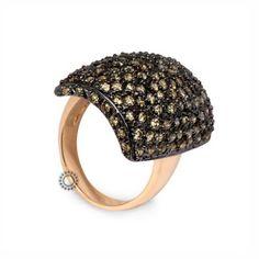 Ένα εντυπωσιακό δαχτυλίδι σε χρυσό Κ14 με δεμένη όλη την κυρτή επιφάνεια από λαδί ζιργκόν σε μαύρο πλατίνωμα. Αποστολή εντός 24 ωρών. #κυρτο #ζιργκον #χρυσο #δαχτυλίδι Rings, Fashion, Moda, Fashion Styles, Ring, Jewelry Rings, Fashion Illustrations