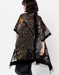 Las amantes de los kimonos no podrán resistirse a este diseño con estampado de pavo real y transparencias de la nueva colección de Pull&Bear. ¿Te vas a quedar sin él?  https://ad.zanox.com/ppc/?39031773C40765729&ulp=[[http://www.pullandbear.com/es/es/mujer/kimonos-y-ponchos-c1389502.html%23/100423590/KIMONO%20BORDADO%20PAVO%20REAL?utm_campaign=zanox&utm_source=zanox&utm_medium=deeplink]] #pullandbear #kimono #otoño