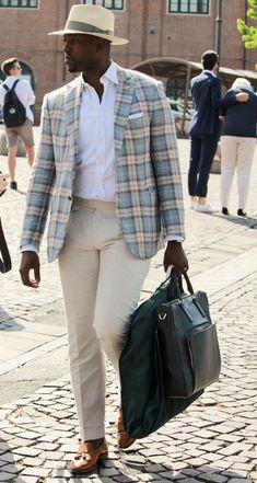 The well dressed traveler. Go handle your biz! Dapper Gentleman, Gentleman Style, Sharp Dressed Man, Well Dressed Men, Mode Masculine, Mens Fashion Suits, Mens Suits, Style Costume Homme, Style Masculin