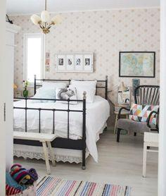Uuden talon makuuhuone on sisustettu herkkään mummolatyyliin. | Unelmien Talo&Koti Kuva: Hanne Manelius Toimittaja: Ilona Pietiläinen