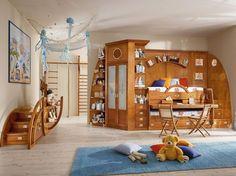 Kinderzimmer mit Möbeln aus Massivholz eingerichtet