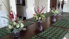 Garden look centerpieces for a natural but elegant Christmas table.