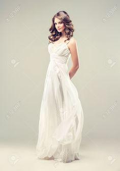 http://es.123rf.com/photo_38013303_modelo-de-la-muchacha-en-un-vestido-de-novia-blanco-con-el-peinado-elegante.html?fromid=emV6L0dJU2JlYm1yd0pVYnJORmlqQT09