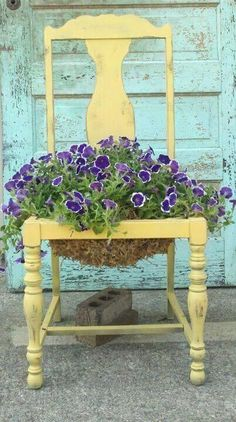 Creative Upcycled DIY Chair Planter Ideas For Your Garden Blumentopf Stuhl Diy Garden, Garden Pots, Garden Ideas, Balcony Garden, Backyard Ideas, Flower Planters, Flower Pots, Diy Flowers, Purple Flowers