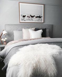 peinture gris perle avec tableaux avec des chevaux au dessus du lit avec des nombreux coussins en blanc noir et rose nid douillet
