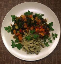 Edamame Pasta mit Gemüsepfanne und Harissa Gewürz --> www.vegan-athletes.com