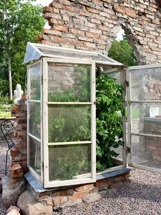 Garden - A sweet green house - make from vintage shed windows - Wallpaper Pinme Greenhouse Tomatoes, Cheap Greenhouse, Backyard Greenhouse, Mini Greenhouse, Greenhouse Plans, Miniature Greenhouse, Backyard Landscaping, Backyard Ideas, Shed Windows