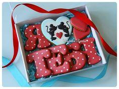 А вот так выглядит набор в коробочке. Я в него сама влюблена❤ Все буквы можно посмотреть по хэштегу #буквыМР #royalicingcookies #gingerbread #decoratedcookies #cookiedecoration #sugarart #пряник #пряники #имбирноепеченье #имбирныепряники #пряникалматы #пряникиалматы #customcookies