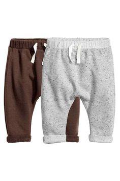 Pantaloni in felpa, 2 pz: CONSCIOUS. Pantaloni in morbido tessuto felpato di misto cotone biologico. Elastico e laccetti da annodare in vita. Risvolti cuciti a fondo gamba.