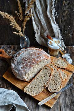 """Chleb pszenno- żytni na zaczynie poolish smakuje tak jakby był robiony na zakwasie a jest zrobiony na 3 g świeżych drożdży. Zacznijmy od tego co to jest """"poolish""""? Poolish to rodzaj zaczynu z minimalną ilością drożdży, który wyrasta dość długo aż ulegnie lekkiej fermentacji. Dzięki temu zabiegowi pieczywo ma lekko kwaskowy, przypominający zakwas smak i głęboką dziurkowaną strukturę. Składniki na 1 bochenek o śr 25 cm: Poolish (zaczyn): 3 g świeżych drożdży 65 g mąki pszennej typ 550 65 g… Party Drinks, Camembert Cheese, Dairy, Bread, Cooking, Recipes, Party Ideas, Food, Kitchen"""