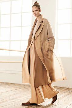 Outfit from the Max Mara Pre-Fall 2019 Collection - Vogue. Max Mara, Fashion Week, Look Fashion, Womens Fashion, Fashion Trends, Vogue Fashion, Petite Fashion, Cheap Fashion, Street Fashion