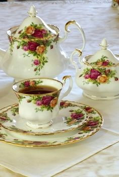 my tea set~ Royal Albert Old Country Roses Royal Albert, Café Chocolate, China Tea Sets, Teapots And Cups, Tea Service, My Cup Of Tea, Vintage Dishes, Vintage Teacups, Vintage China