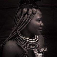 Deze #himba #vrouw draagt een #hoofdtooi welke gemaakt is van dierlijke #huiden en is een indicatie dat ze al #getrouwd is. Haar lange #dreadlocks, wordt gemaakt met behulp van een mengsel van gemalen #oker, #boter en #geitenhaar. #Foto: #Columbustravel #Reisreporter #AnitaOedit #portret #portretfotografie #local #namibie #kaokoland #reizen #reisfotografie #rondreis #sieraden #kettingen #kapsel #haar