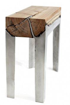 Hilla Shamia ha progettato questi robusti sgabelli di legno e alluminio. Sul legno viene colato l'alluminio che crea una fusione molto interessante tra i due materiali.