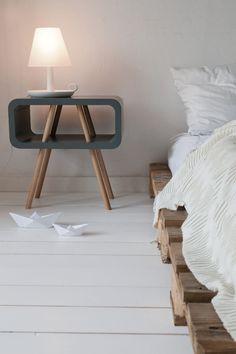 Tip: snuffel eens tussen de bijzettafels voor een mooi nachtkastje! #bedroom #leitmotiv