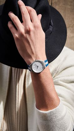 With SKINSPRING, it's high tides all times. When a solid blue silicone bracelet contrasts with the bold silver stripe, you can be sure that you're wrapping up your wrist in that extra sporty style. At the heart of the design, the tough brushed stainless steel case encloses the aluminium dial. Get ready for the days by the sea - SWATCH SKINSPRING - collection: Swatch Skin Irony - Watch movement: Quartz - Watch color: Grey - Blue