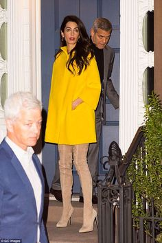 Celebrities: Amal is a visiting lecturer at Columbia and while there's been no sighting of her young twins with her in NYC, husband George put in an appearance, taking his wife out on a date on April 6 Amal Clooney, George Clooney, Amal Alamuddin Style, Classy Outfits, Casual Outfits, Cool Style, My Style, Yellow Fashion, Mode Vintage