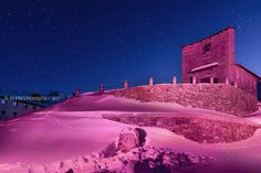 Cippo intitolato a Coppi al Passo dello Stelvio. Illuminazione rosa per i 100 giorni dal 100° Giro d'Italia. Foto Previsdomini © 2017